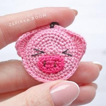 Вязаный брелок свинка крючком