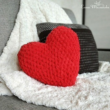 Вязаная подушка сердце крючком
