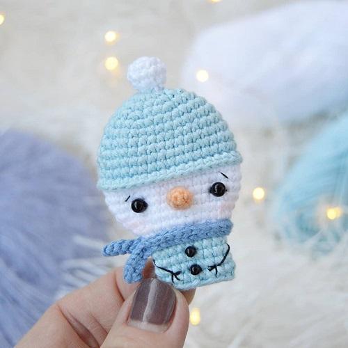 Вязаная брошь снеговик