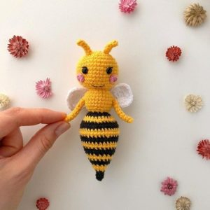 Вязаная пчела амигуруми