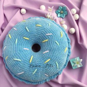 Вязаная подушка пончик крючком