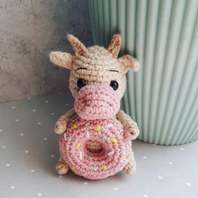 Вязаный бычок с пончиком крючком