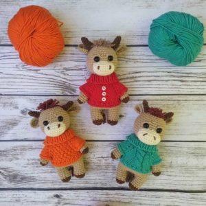Бычок амигуруми в свитере